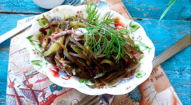 Салат с морской капустой и отварной рыбой